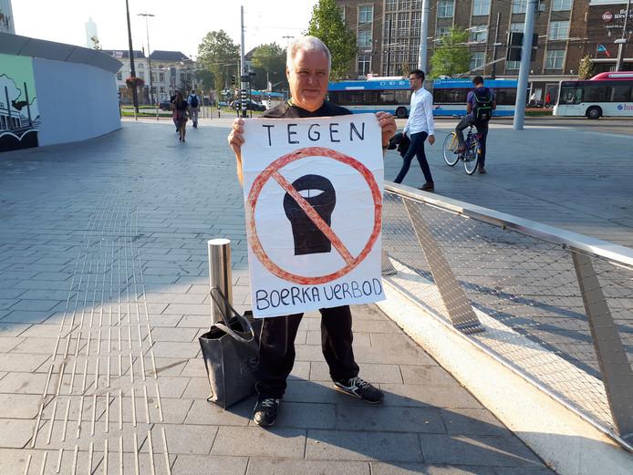 Ron Baars protesteert tegen het boerkaverbod.