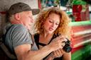 Esmeralda (34) uit Breda laat haar portret schieten op de RedHead Days.