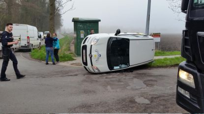 Wagen van thuisverpleegster kantelt na botsing
