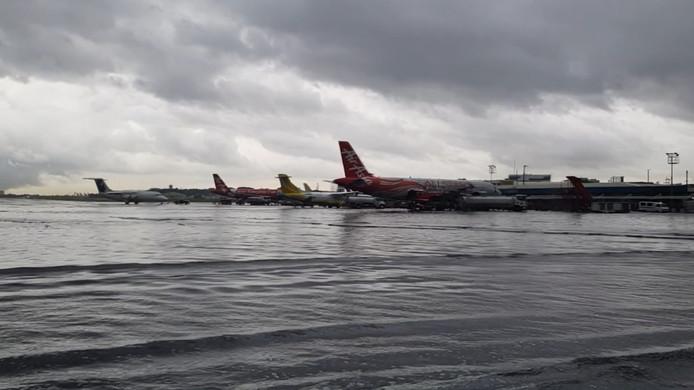 Des avions submergés par l'eau à l'aéroport de Ninoy Aquino aux Philippines