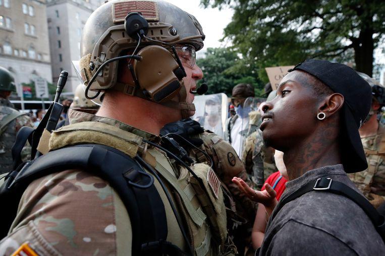 Demonstranten tegenover veilligheidstroepen, woensdag in Washington. Beeld AP
