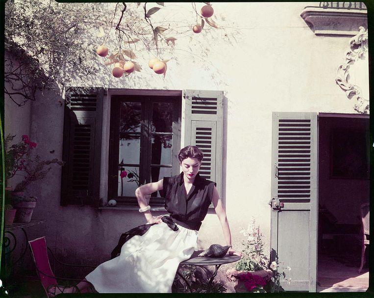 Het model Régine Debrise, blouse en rok Maggy Rouff-Boutique, Roquebrune, Frankrijk, 1951. Beeld Henry Clarke / Galliera / Roger Violett