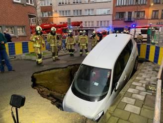 Wegverzakking door waterlek: auto valt in put