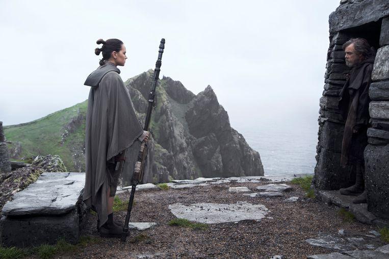 Luke Skywalker heeft zich gedesillusioneerd teruggetrokken op een onvindbare planeet als de jonge verzetsheldin Rey aanklopt. Beeld xx