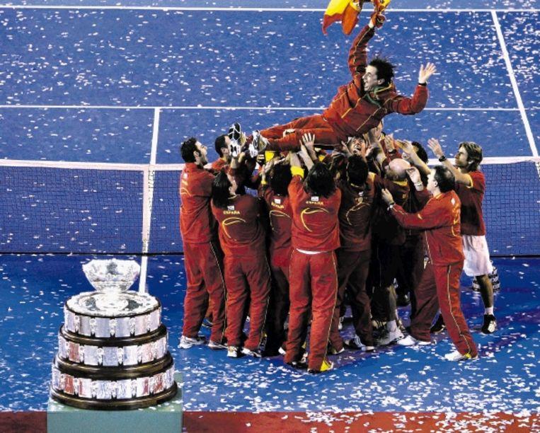 De vertrekkende Spaanse coach Sanchez wordt gejonast door zijn teamgenoten. ( FOTO AP) Beeld