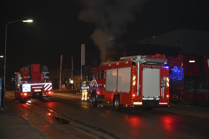 De brandweer probeert de brand onder controle te krijgen.