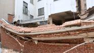 Renovatie aan oude woning loopt mis, muur stort in en komt gedeeltelijk op personenwagen terecht