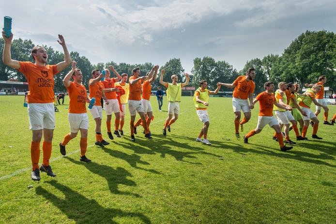 Moerse Boys viert feest na 2-1 overwinning op SC Bemmel waardoor de ploeg naar de finale van de nacompetitie gaat.