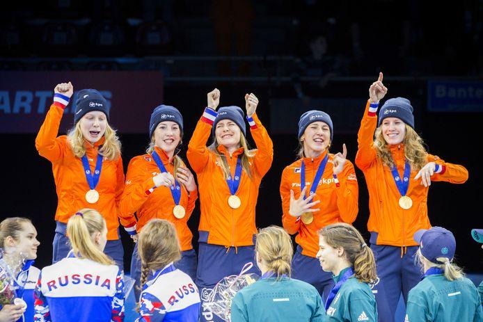 Tineke den Dulk, Lara van Ruijven, Yara van Kerkhof, Suzanne Schulting  en Rianne de Vries (vlnr) met hun gouden medailles tijdens de huldiging van de relay bij de Europese kampioenschappen shorttrack.