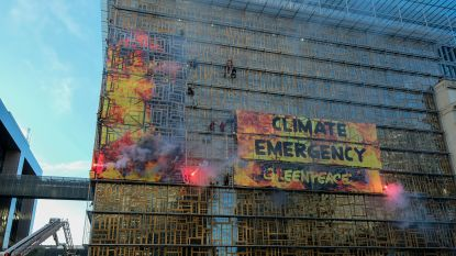 Greenpeace beklimt EU-gebouw om actie te voeren voor klimaatbeleid