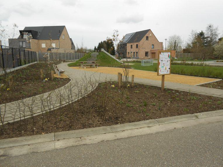 Het pleintje bestaat uit twee delen die door een paadje verbonden zijn met elkaar.