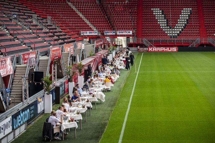 Langs het voetbalveld in de Grolsch Veste is eenmalig een restaurant ingericht. LIefhebbers kunnen er zaterdagavond dineren in een bijzondere ambiance.