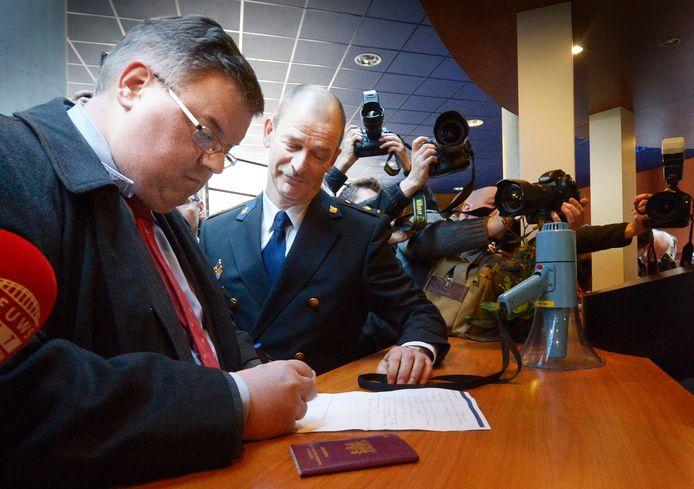 Burgemeester Bruls doet aangifte op het politiebureau
