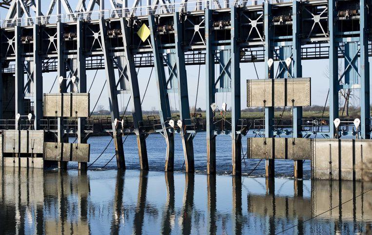 De Thompsonbrug bij Grave. De stuw bij de brug is beschadigd na een aanvaring door een binnenvaartschip in dichte mist.  Beeld ANP