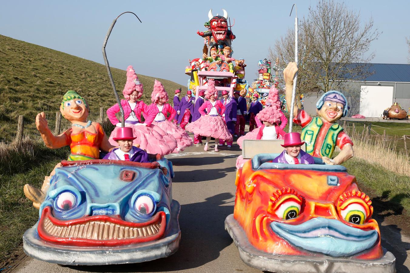 De Polderjongens in de botsauto's in de optocht van Ossenisse, eerder dit jaar.