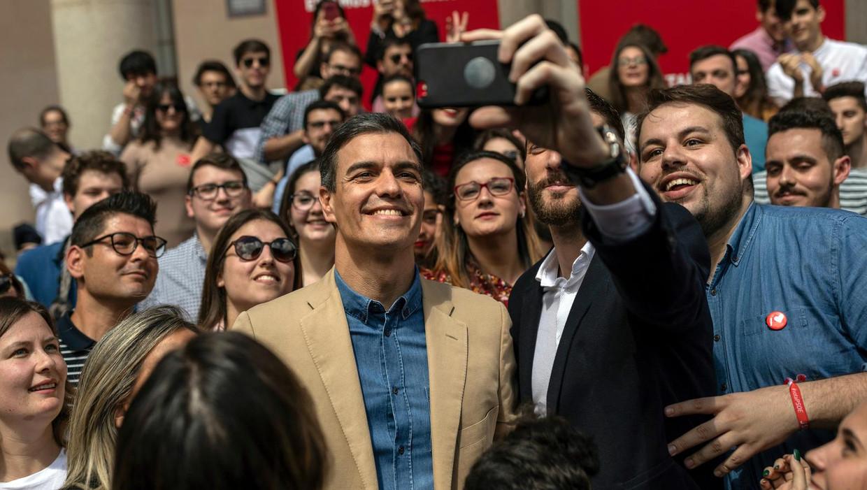 Pedro Sanchez, premier en leider van de sociaaldemocratische PSOE gisteren op campagne in Toledo. Zijn partij staat op voorsprong