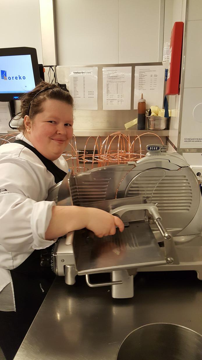 Keukenmedewerkster Samantha Wingens bezig met het snijden van rosbief.