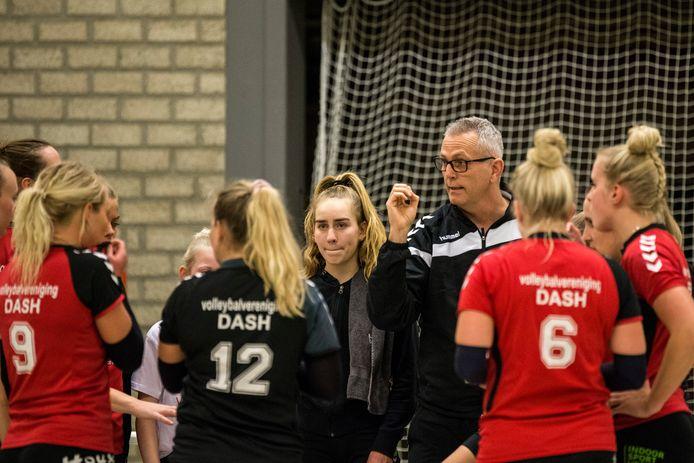 Coach Henk Wahl (bril) houdt ook na de promotie van Dash vast aan zijn visie: de jeugd een kans geven.