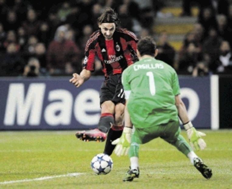 Milan-spits Ibrahimovic probeert Real-keeper Casillas te passeren. (FOTO AFP) Beeld AFP