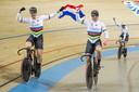 Harrie Lavreysen, Jeffrey Hoogland (miden) en Roy van den Berg (rechts) na het winnen van de finale.