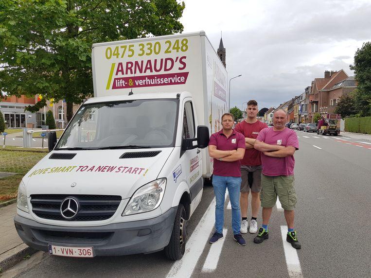 Zaakvoerder Arnaud (links) en werknemers bij de Mercedes Sprinter.