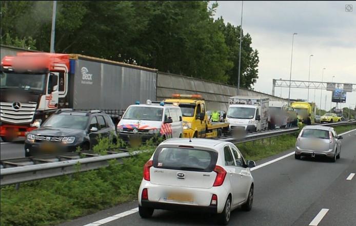 Kettingbotsing op de A15 bij hardinxveld-Giessendam veroorzaakt een lange file.