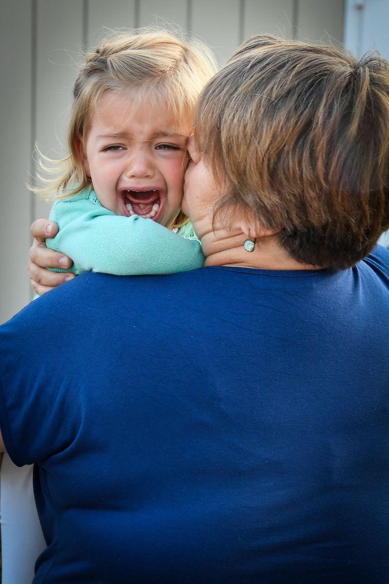 Groot verdriet bij de kleine June als ze afscheid moet nemen van haar mama. Gelukkig is juf Sandra er om haar te troosten.