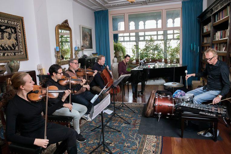 In een huiskamer repeteren het Matangi Quartet en Wolfert Brederode (achter de piano) en Joost Lijbaart. Beeld Inge Van Mill
