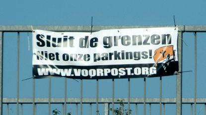 Voorpost protesteert met spandoeken op E40 in Wetteren
