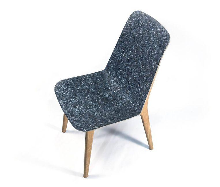 Ontwerpstudio Planq maakt onder de naam 'Rezign' stoelen van samengeperst tweedehands textiel, denk aan oude uniformen en versleten spijkerbroeken. Stoel 'Unusual': € 399. nextwayofliving.nl Beeld
