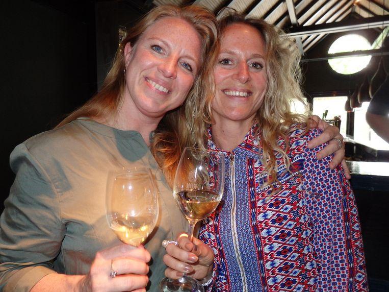 De wijnmeisjes. Wijnschrijver Esmee Langereis en Sharon van Lokhorst, hoofdredacteur van Winelife. Beeld Schuim