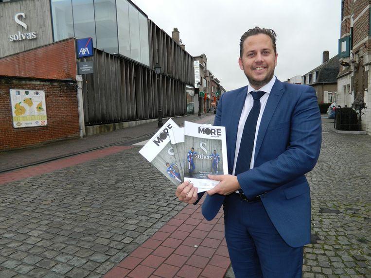 Dominique Willems toont het nieuwe magazine More voor het Solvas-kantoor in Zomergem.