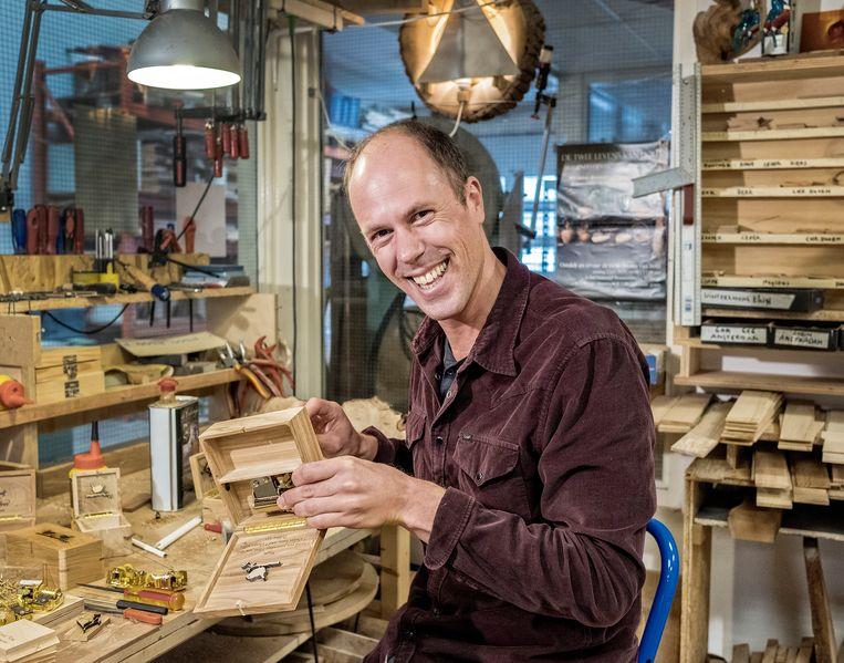 Rob Looff, die onder de naam Robin Wood muziekdoosjes maakt van hout uit een groot aantal steden in Nederland. Beeld Patrick Post