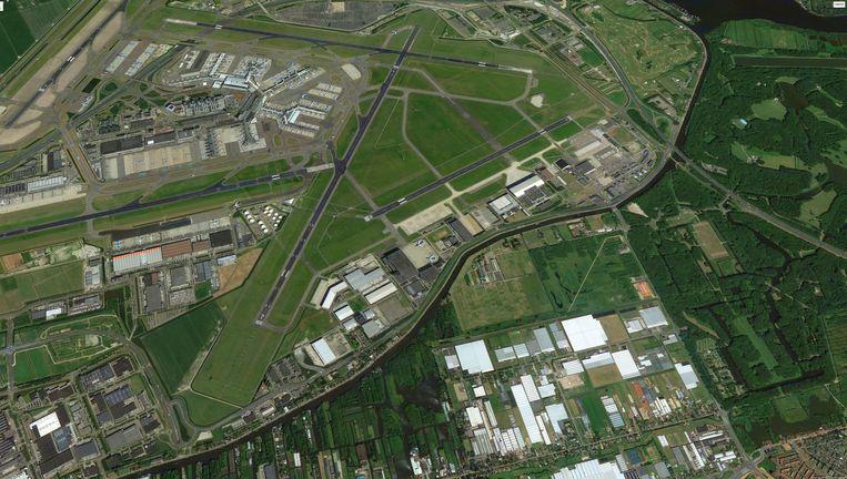 Luchtfoto van Schiphol met het door Chipshol verkochte stuk grond Groenenberg (gearceerd). Beeld .