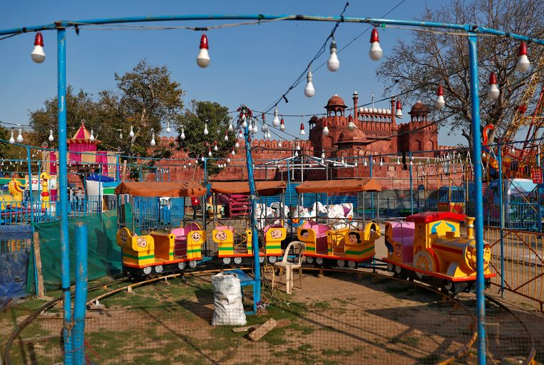 Lege speeltoestellen bij het Rode Fort in de oude stad van Delhi.  Beeld REUTERS
