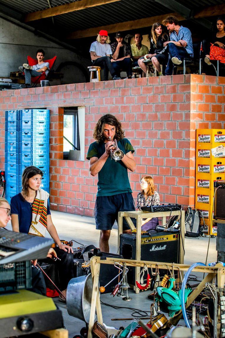 In een loods spelen geschoolde en ongeschoolde muzikanten.