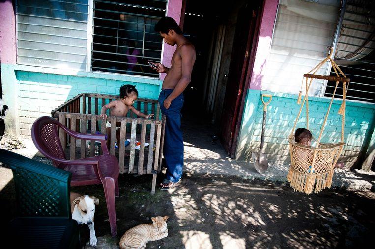 Een werkloze vader met zijn kinderen in San Miguelito. Beeld Michele Sennesael