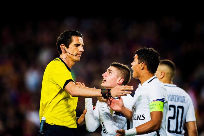 Spelers van PSG klagen op het moment dat Aytekin naar de penaltystip wijst.