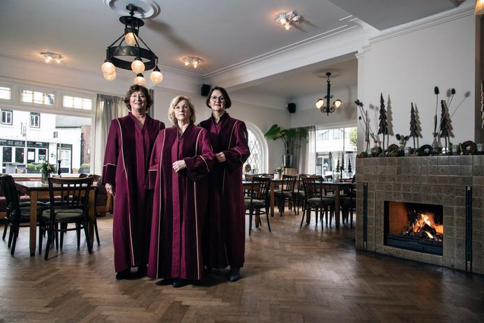 De drie Wijchense trouwambtenaren Wies Streef, Jose Verhoeven en Marjan Bernts in de huiskamer van Villa Sterrebosch, waar de huwelijken gesloten worden.