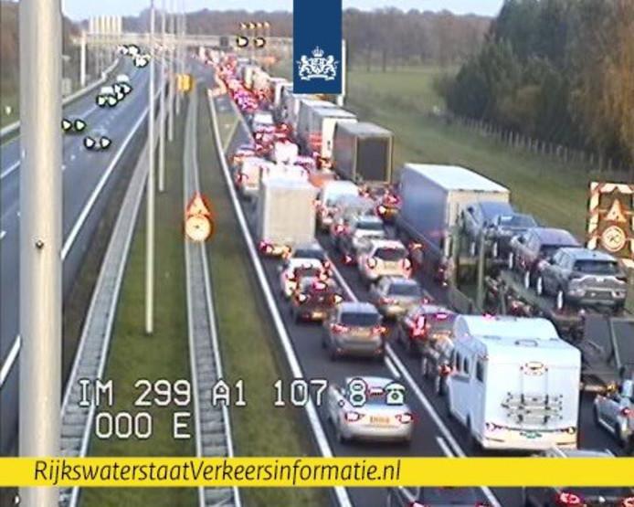Ongeluk met vrachtwagen zorgt voor half uur extra reistijd op A1 bij Lochem.