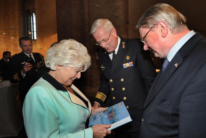 De marine was nadrukkelijk aanwezig bij het afscheid van Karla Peijs als commissaris van de koningin van Zeeland in 2013. Commandant der Zeestrijdkrachten vice-admiraal Matthieu Borsboom, vergezeld door oud-defensieminister Hans Hillen, biedt Peijs in het licht van de komst van de marinierskazerne naar Vlissingen de dikke Kroniek der Zeemacht aan.