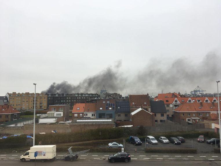 Boven de haven en delen van Zeebrugge hing een zwarte rookpluim