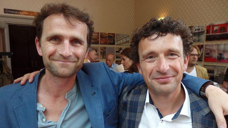 Juryleden en broers Mark (r) en Jeroen van Eck willen graag op de foto. Jeroen: 'Dat zal onze moeder mooi vinden!' Beeld Schuim