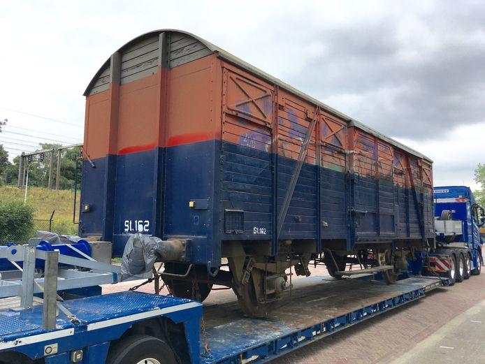 De spoorwagon voor Strijp-T werd aangevoerd op een dieplader naar de Achtseweg Zuid in Eindhoven