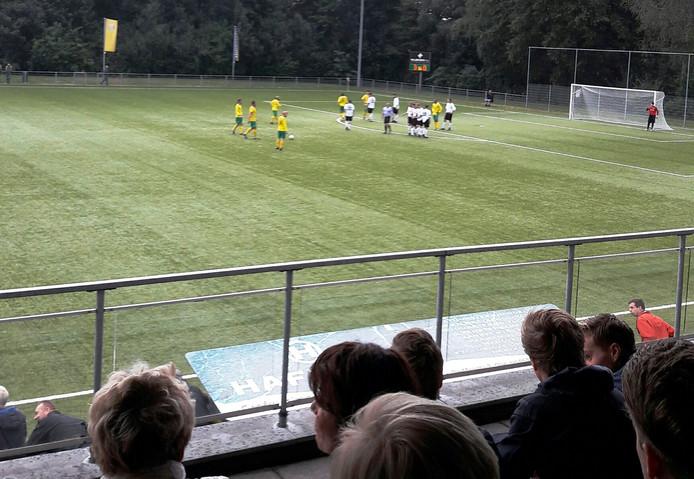 Ontluisterende 3-0 tussenstand na 37 minuten in de topper. Bram van Bessen legt aan voor meer moois. Foto: Eric Bosman