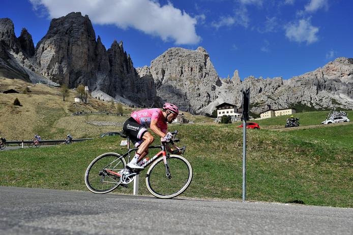 Tom Dumoulin in actie op de flanken van de Passo Gardena in de Ronde van Italië.