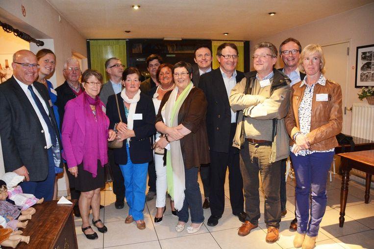 De nabestaanden van Jerome Seynhaeve samen met gedeputeerde Myriam Vanlerberge.