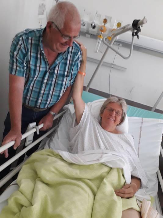 Piet en José ten Haaf. Zij met oranje polsbandje van het ziekenhuis.