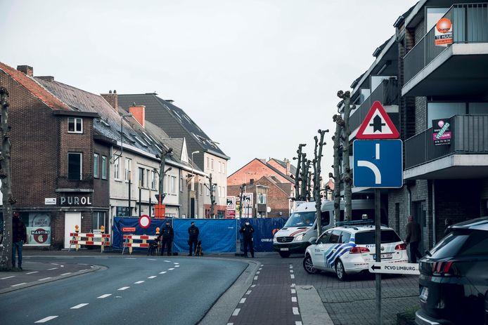 De Oude Baan in Eisden werd afgesloten voor de reconstructie van de fatale messteek die Maasmechelaar en rapper Massimo De Luca (26) afgelopen mei om het leven bracht.
