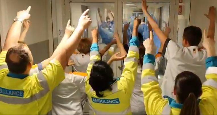 Zorgmedewerkers van het Maasstadziekenhuis in Rotterdam staken elkaar gisteren op een wel heel bijzondere manier een hart onder de riem.